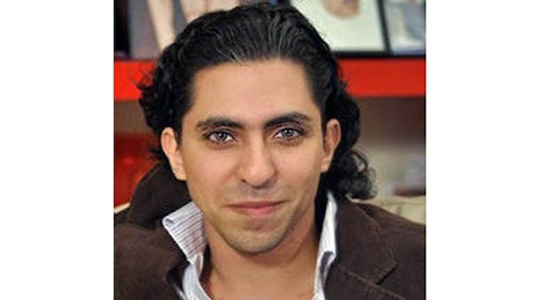 En ung man med mörkt hår syns på bilden