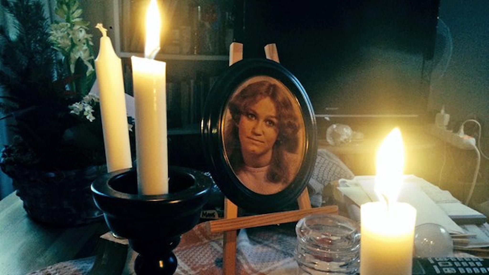 En ung tjej, som senare dog, syns på ett foto och 3 ljus på bordet
