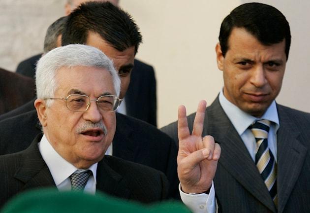 Palestiniernas president Mahmoud Abbas har grått hår och glasögon. Bredvid honom går andra palestinska politiker.