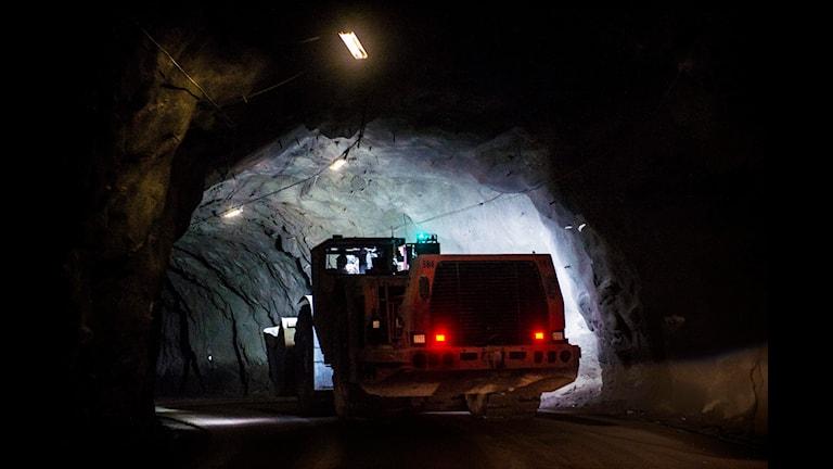 En stor traktor kör nere i gruvan.