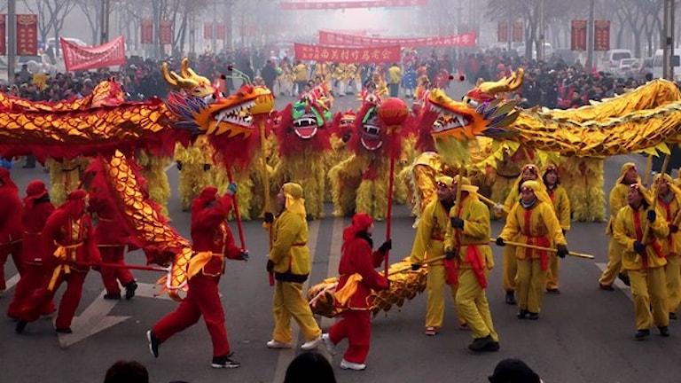 Människor klädda i gult och rött firar nyår