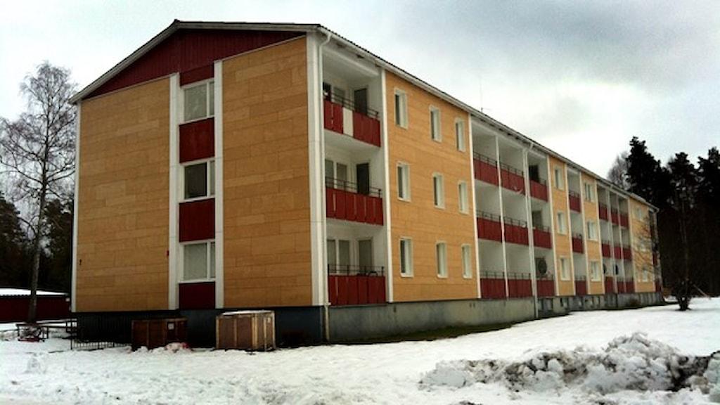 Ett flerfamiljshus Småland med snö omkring