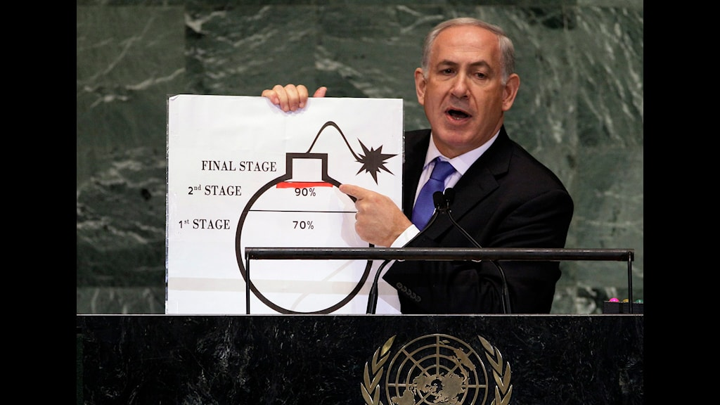 Netanyahu håller upp en bild på en bomb.
