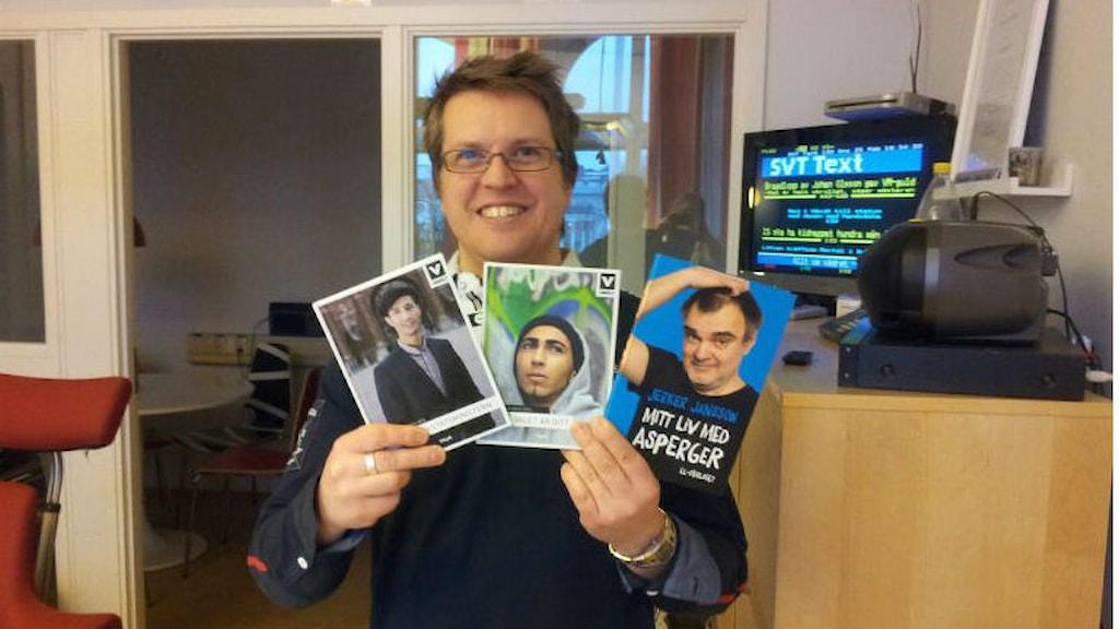 Reporter Mattias Klefbeck håller upp de böcker du kan vinna.