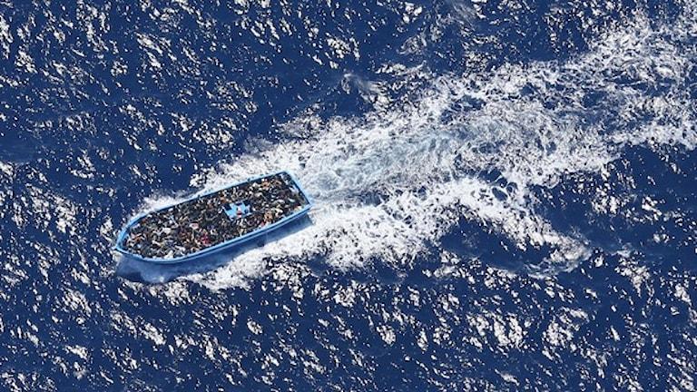 Flyktingbåt påväg till Italien. Foto: Kustbevakningsflyget.