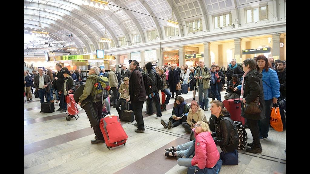 Tågresenärer tittar på informationstavlan på Stockholm central med de försenade tåg. Foto: TT