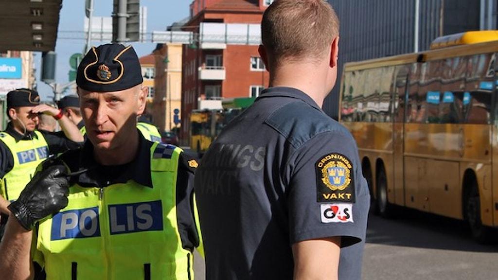 Flera poliser i Uppsala efter att en domstol hotats. Foto: Sveriges Radio