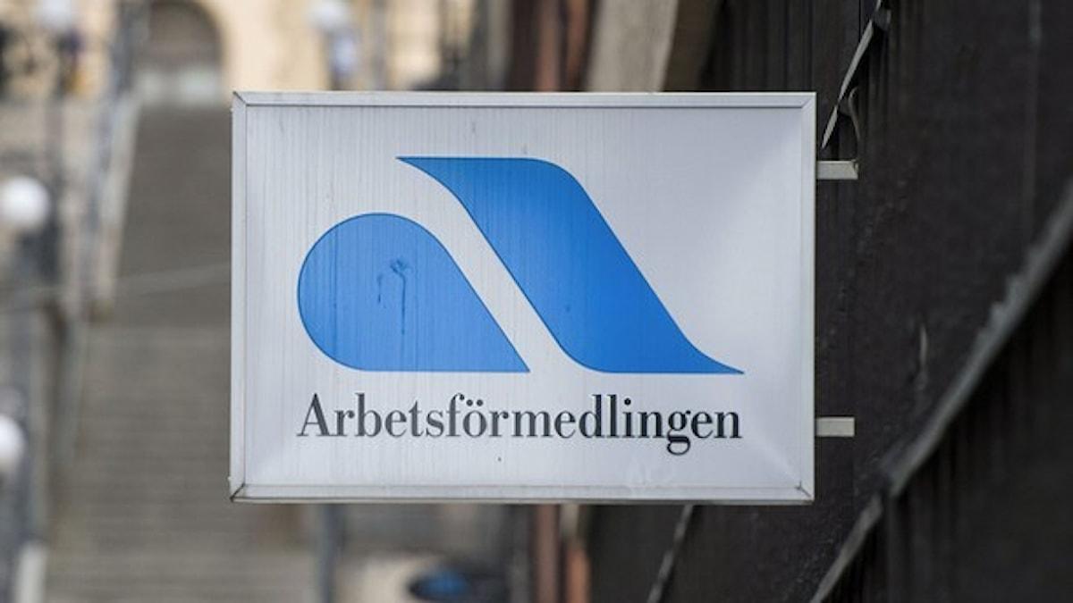 En skylt med arbetsförmedlingens symbol.
