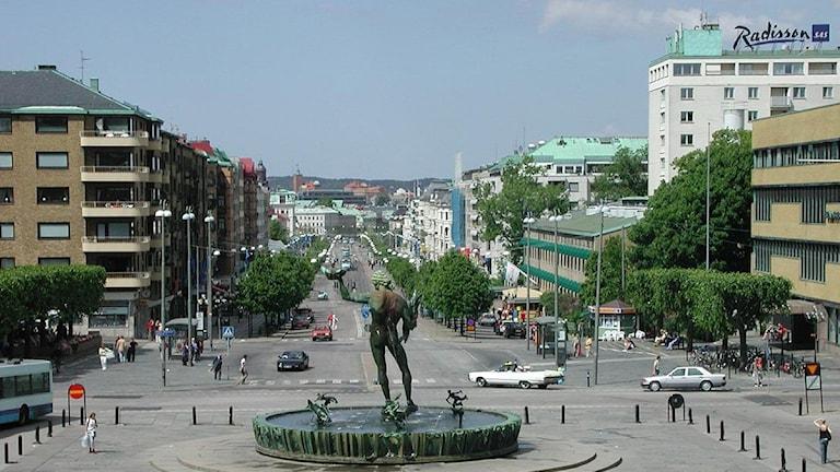 På torget finns en staty av en naken man. Därifrån går en väldigt lång gata.