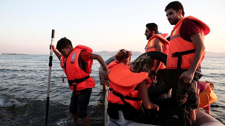 Båten är överfull med flyktingar.