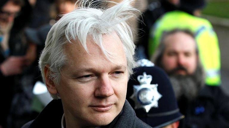 Han ser ung ut, men håret är alldeles vitt.