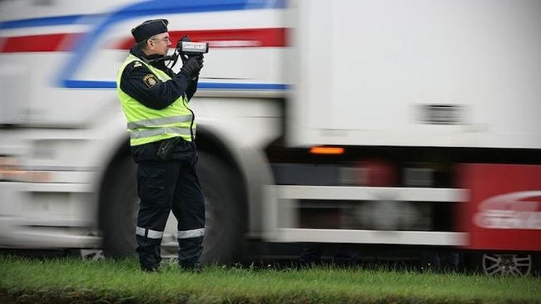 En polis gör en trafikkontroll. Foto: TT