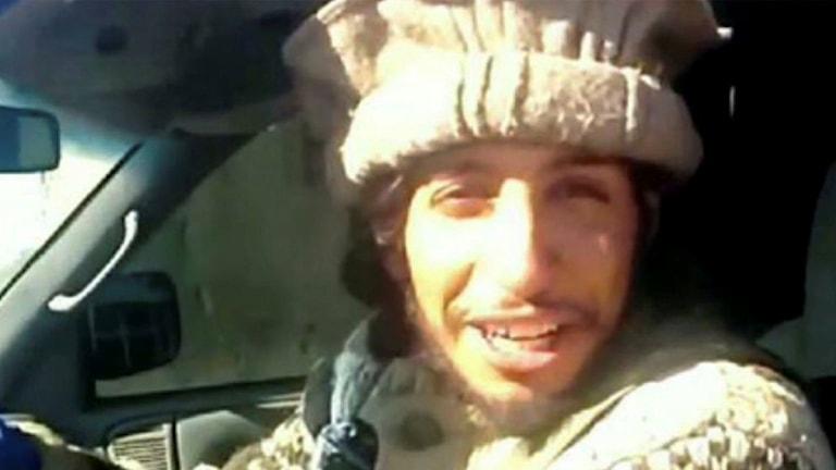 Han har en sådan mössa på sig som krigare i Afghanistan brukar ha.