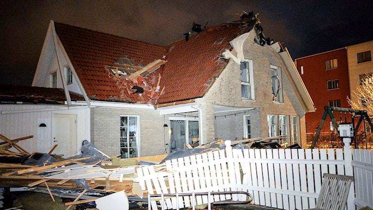 Delar av taket har lossnat. Fullt av bråte ligger på gården.