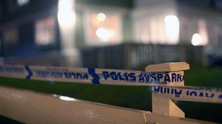 Polisen har spärrat av tomten kring huset. Foto: TT