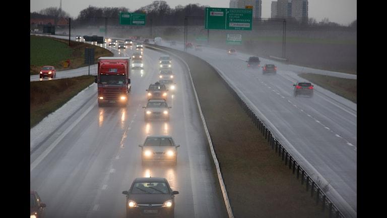 Bilar på en stor väg i Malmö. Foto: TT