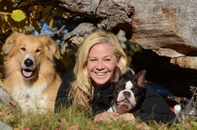 Terapihunden Alvin med en hundkompis och tränaren Sara Karlberg.