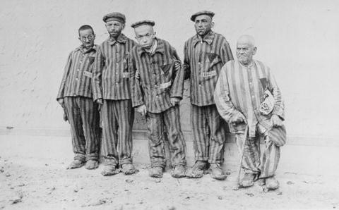 Bilden visar funktionsnedsatta judiska män i förintelselägret Buchenwald.