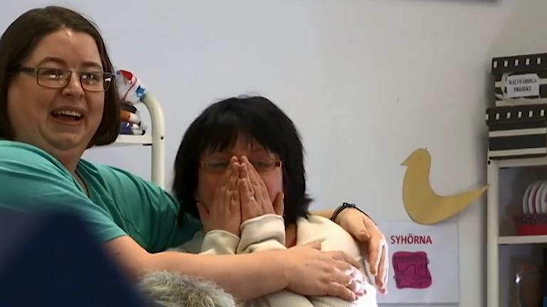 De kramar om varandra. Jessica slår händerna för ansiktet.