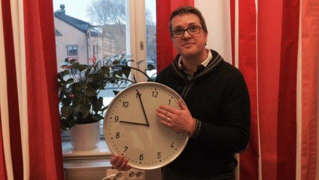 Mattias håller upp en klocka. Foto: Sofia Svenblad på Sveriges Radio.