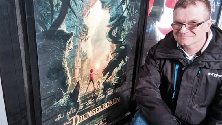 Göran Andersson tittar på en filmaffisch med Djungelboken.
