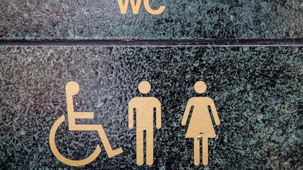 Symbolen är en person i rullstol.