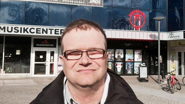 Göran Andersson har glasögon.