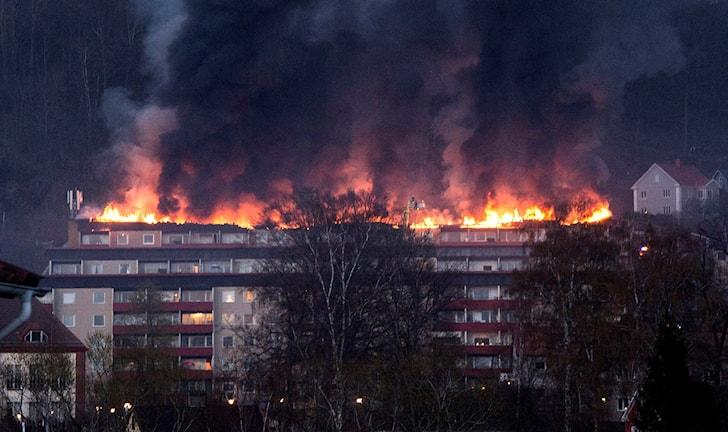 Stora eldslågor syns från vinden och taket.