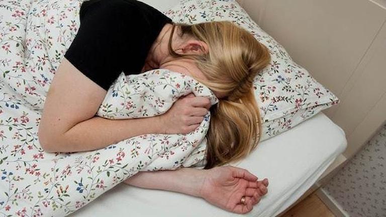En flicka ligger i sängen och försöker sova