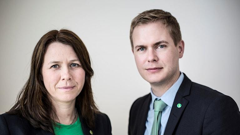Hpn har en grön topp och han har en grön slips.