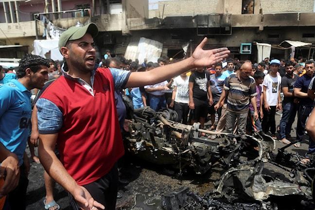 Människor i Bagdad där en bilbomb exploderat på morgonen. Foto: Khalid Mohammed.