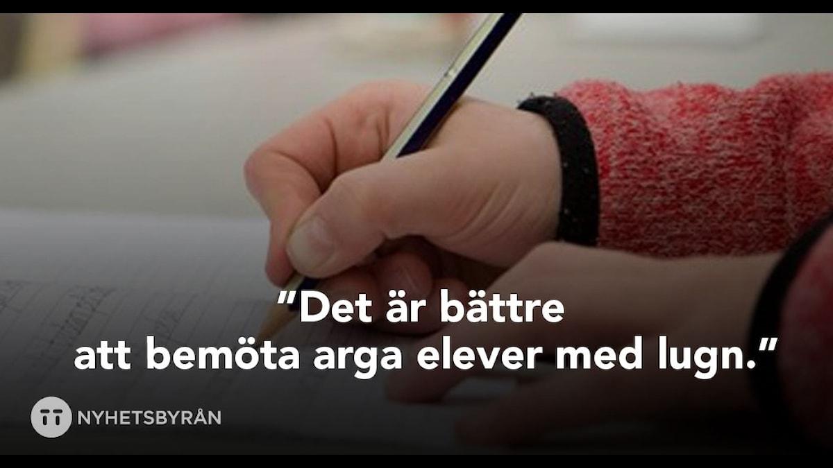 En elev skriver med penna i skolan