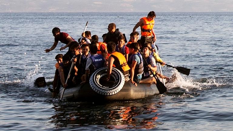 Flyktingar i en överfylld gummibåt på Medelhavet.