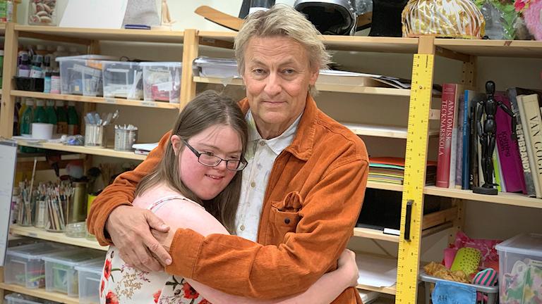 Fotot visar en tjej Johanna och konstnären Lars, som kramas.
