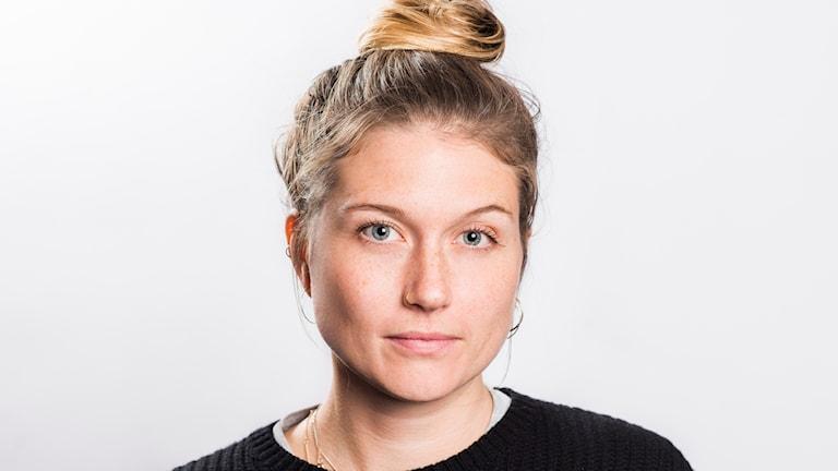 På fotot syns Julia Henriksson. Hon är klädd i svart och har en ring i näsan.