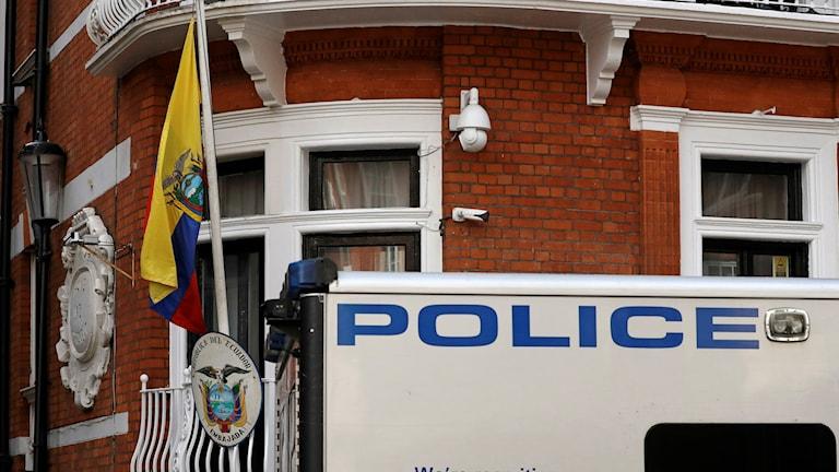 Polisbil och Ecuadors flagga.