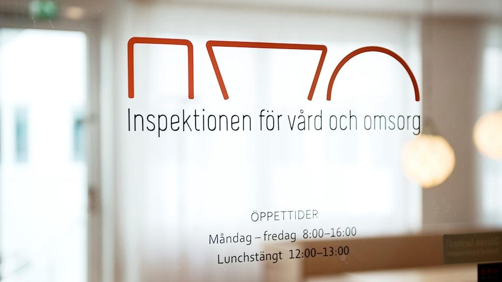 """På fotot ser man en glasruta med myndighetens namn: """"Inspektionen för vård och omsorg""""."""