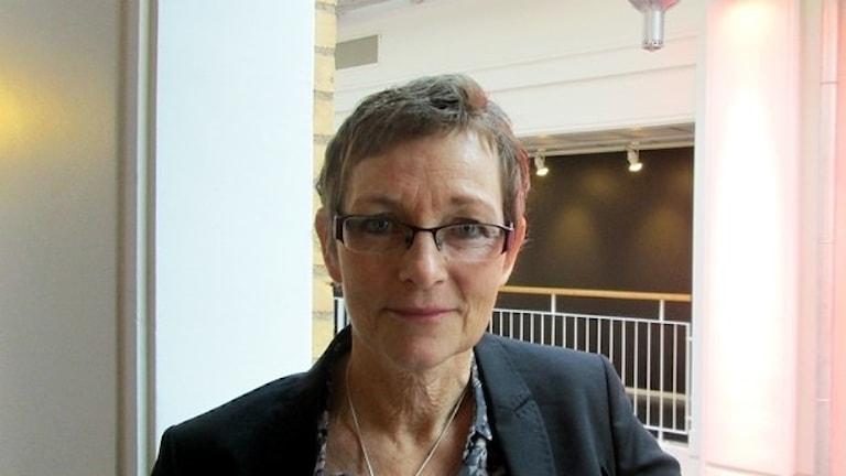 En kortklippt kvinna med glasögon