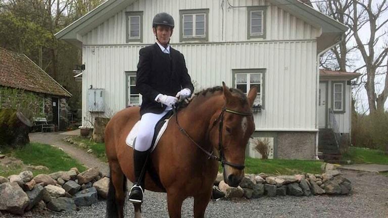 På fotot sitter Jimmy Andersson på en häst. Han är finklädd och hästens man är flätad.