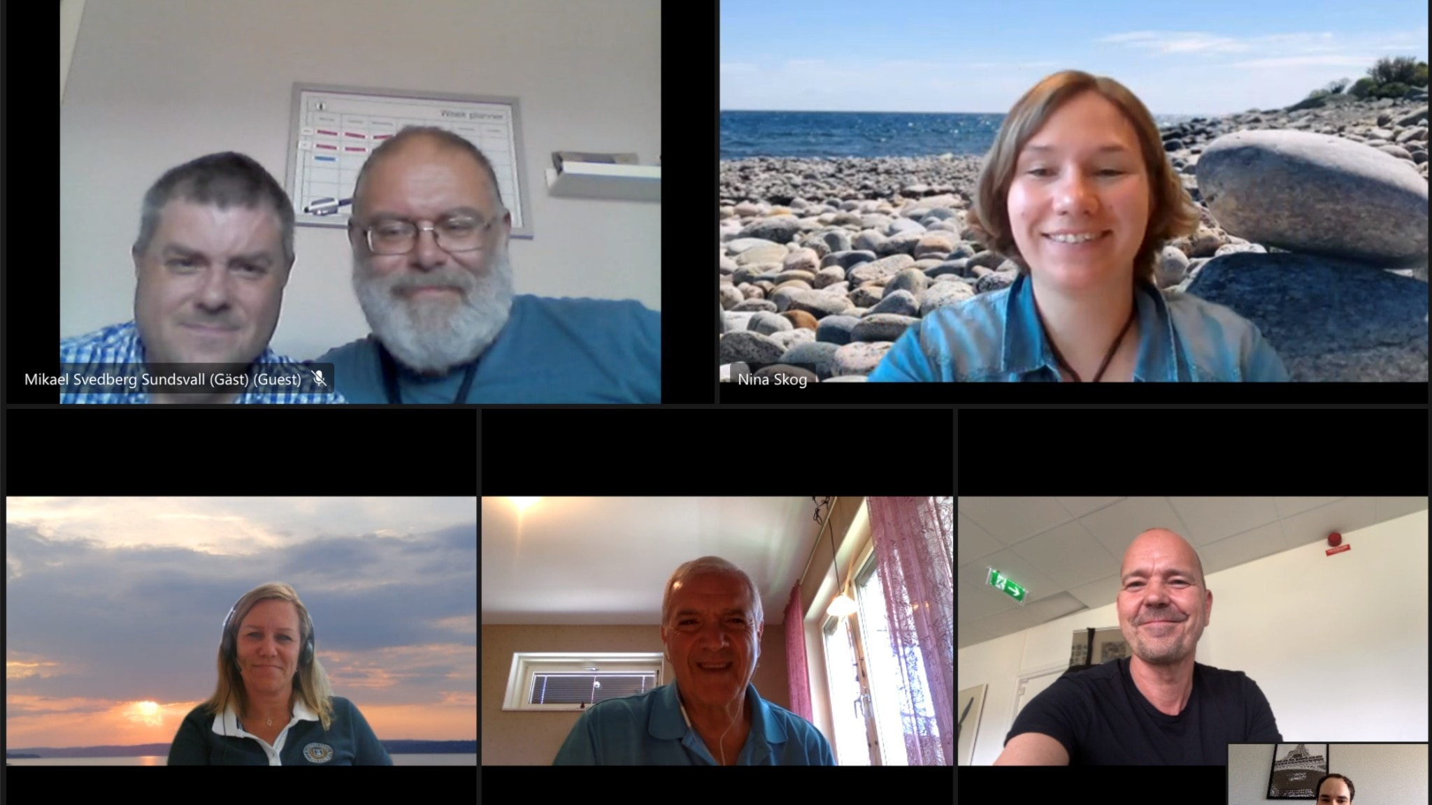 En bild på personer framför dataskärmar, från arbetsgruppens digitala möte.