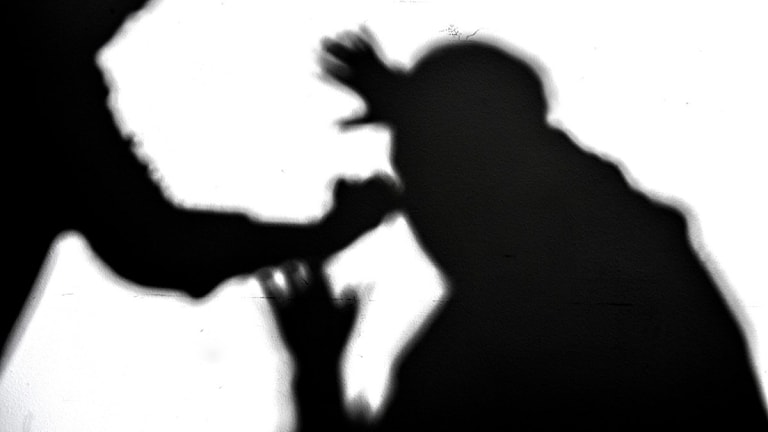 En person angriper en annan person.
