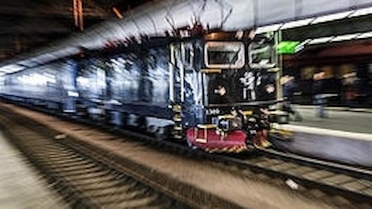 Ett tåg saktar in mot perrongen.