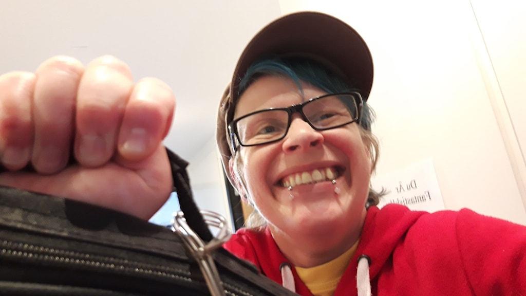 Klartexts lyssnare Soy Johansson ser glad ut och håller upp en väska.