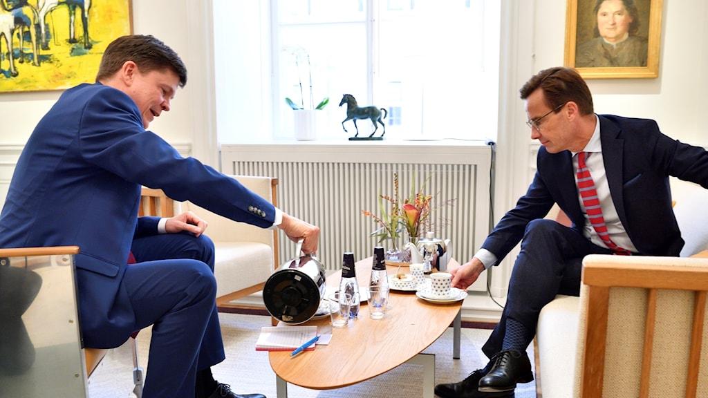 På fotot häller Andreas Norlén upp kaffe till Ulf Kristersson. Båda är klädda i kostym.