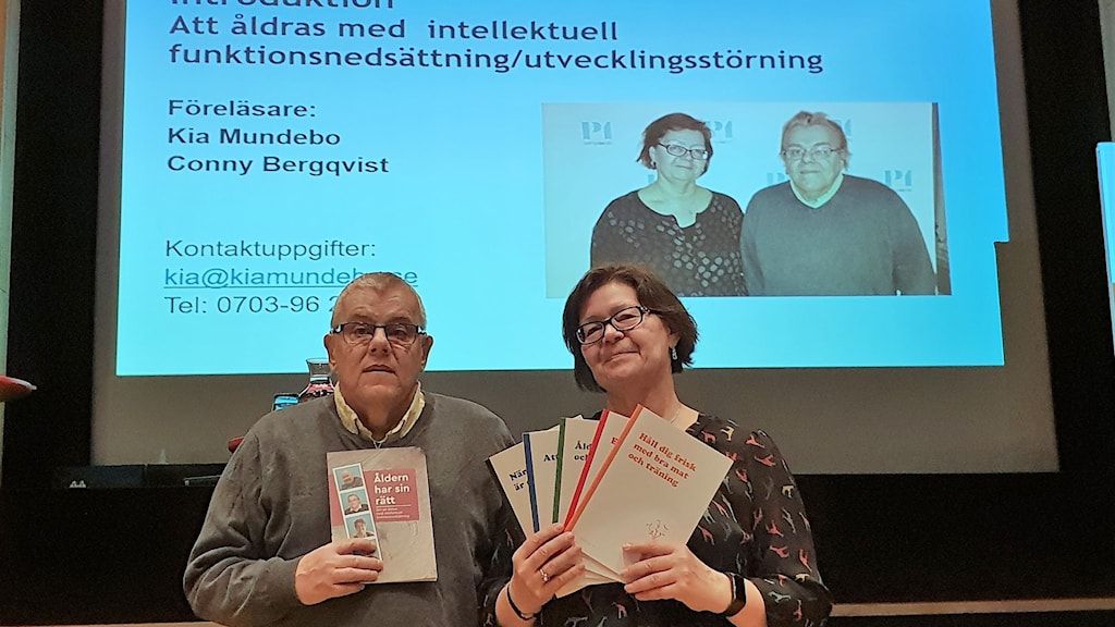 Conny Bergqvist och Kia Mundebo framför en skärm där det står om att åldras med intellektuell funktionsnedsättning.