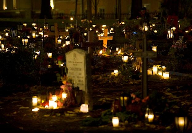 På lördag är det Alla helgons dag, då många minns de döda. Bilden visar minneslunden vid Katarina Kyrka i Stockholm.