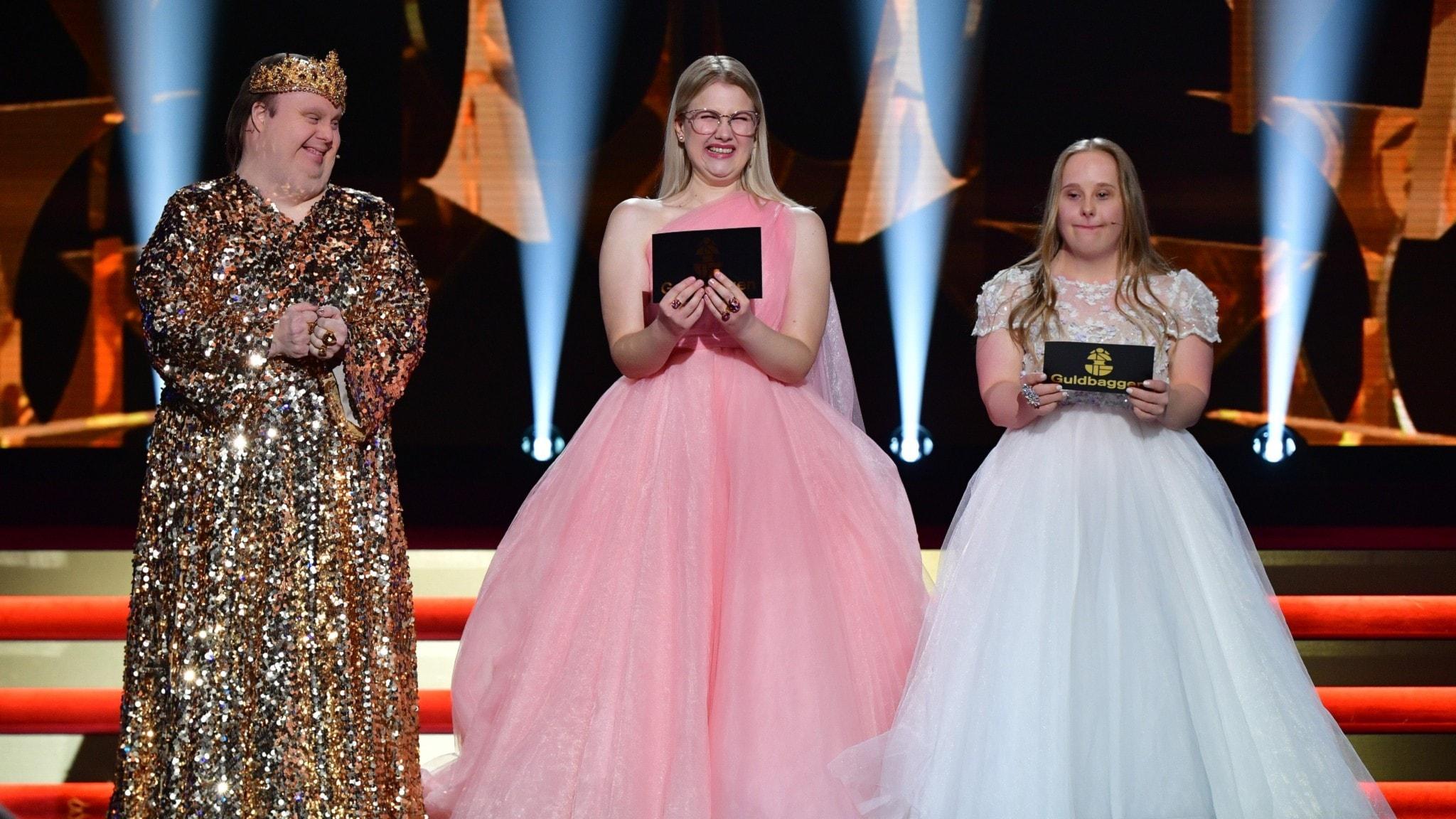 Nicklas Hillberg, Emma Örtlund och Ida Johansson från Glada Hudikteatern när de delade ut pris på Guldbaggegalan.