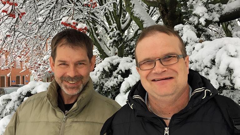 På fotot står Per och Göran. Bakom dem syns ett träd med rödbär och snö på grenarna.