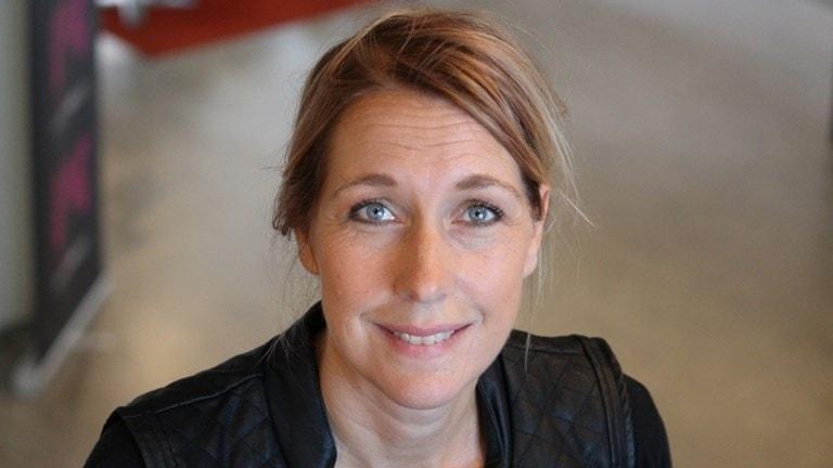 På fotot syns en närbild på Jessica Bergesjö. Hon har mellanblont hår och blå ögon.