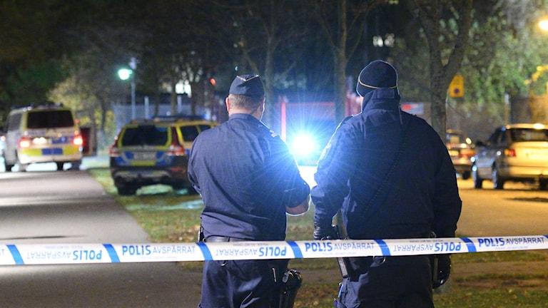 Två poliser vid den ena av platsen där skottlossningen hände